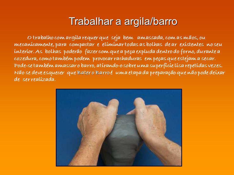 Bater o Barro O trabalho com argila requer que seja bem amassada, com as mãos, ou mecanicamente, para compactar e eliminar todas as bolhas de ar exist