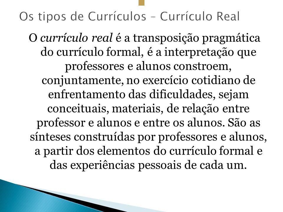 O currículo real é a transposição pragmática do currículo formal, é a interpretação que professores e alunos constroem, conjuntamente, no exercício cotidiano de enfrentamento das dificuldades, sejam conceituais, materiais, de relação entre professor e alunos e entre os alunos.