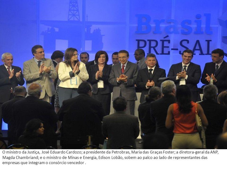 O ministro da Justiça, José Eduardo Cardozo; a presidente da Petrobras, Maria das Graças Foster; a diretora-geral da ANP, Magda Chambriand; e o minist