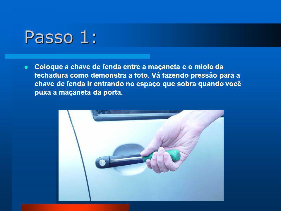 Passo 2: Assim que você atingir a haste que prende o miolo à porta, basta fazer pressão com a chave de fenda como mostra a foto.