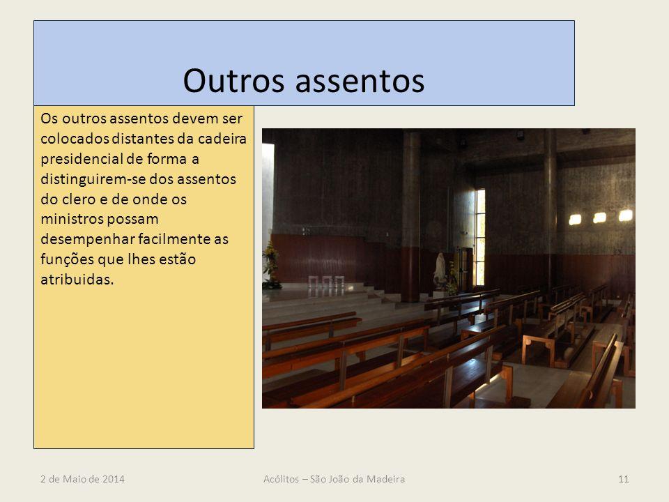Outros assentos Os outros assentos devem ser colocados distantes da cadeira presidencial de forma a distinguirem-se dos assentos do clero e de onde os