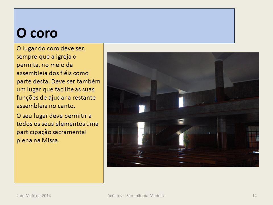 O coro O lugar do coro deve ser, sempre que a igreja o permita, no meio da assembleia dos fiéis como parte desta. Deve ser também um lugar que facilit