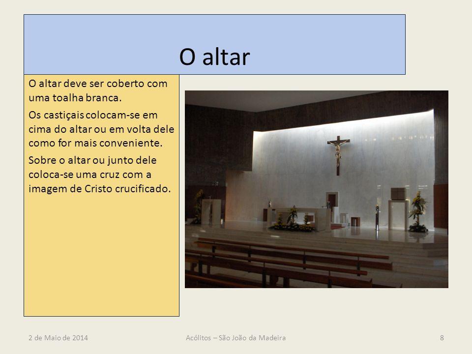 O altar O altar deve ser coberto com uma toalha branca. Os castiçais colocam-se em cima do altar ou em volta dele como for mais conveniente. Sobre o a