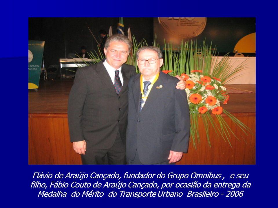 Flávio de Araújo Cançado, fundador do Grupo Omnibus, e seu filho, Fábio Couto de Araújo Cançado, por ocasião da entrega da Medalha do Mérito do Transp