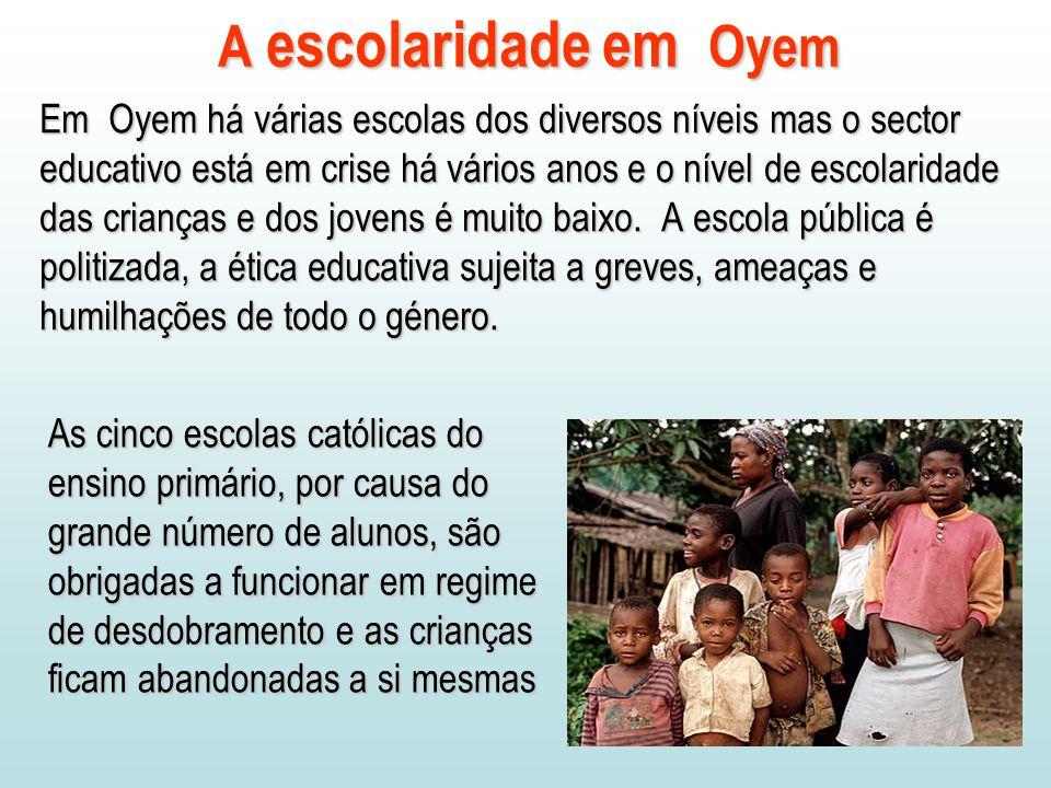 Em Oyem há várias escolas dos diversos níveis mas o sector educativo está em crise há vários anos e o nível de escolaridade das crianças e dos jovens é muito baixo.