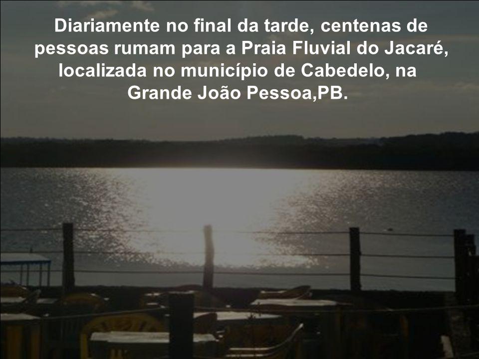 Diariamente no final da tarde, centenas de pessoas rumam para a Praia Fluvial do Jacaré, localizada no município de Cabedelo, na Grande João Pessoa,PB.