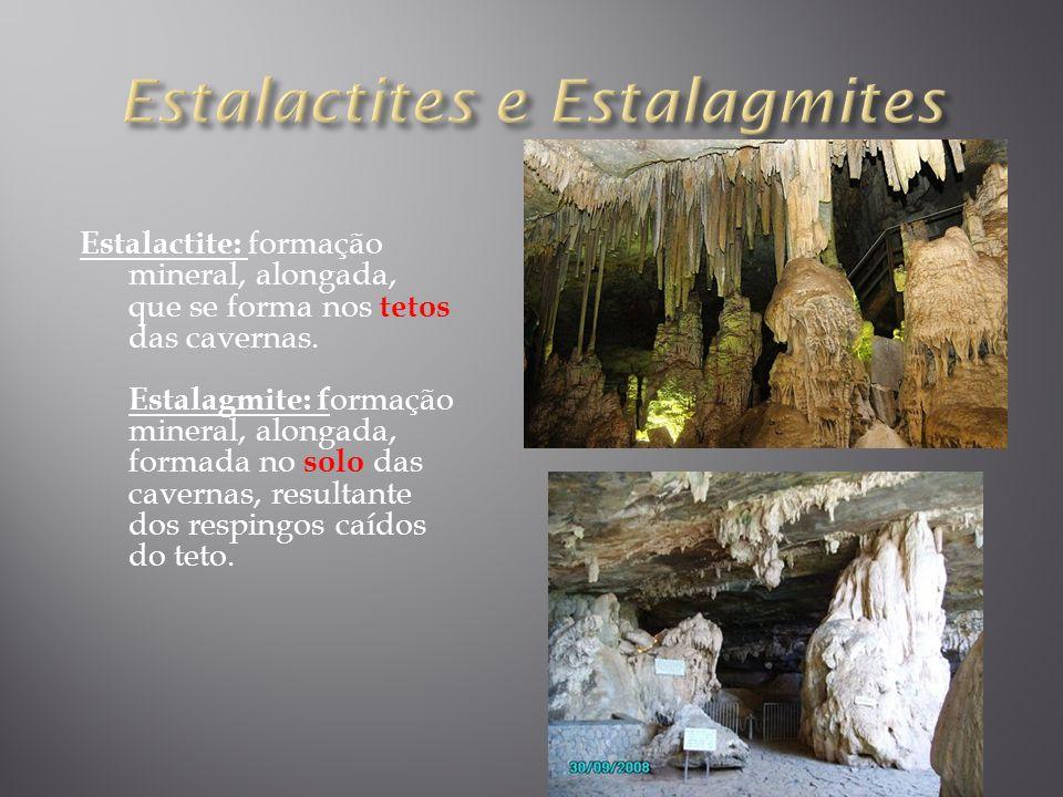 Estalactite: formação mineral, alongada, que se forma nos tetos das cavernas. Estalagmite: f ormação mineral, alongada, formada no solo das cavernas,