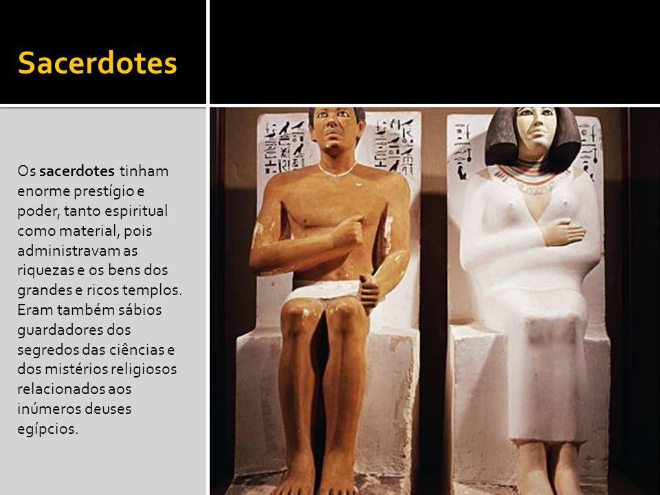 Sacerdotes Os sacerdotes tinham enorme prestígio e poder, tanto espiritual como material, pois administravam as riquezas e os bens dos grandes e ricos