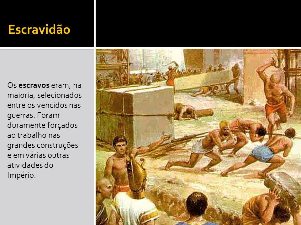 Escravidão Os escravos eram, na maioria, selecionados entre os vencidos nas guerras. Foram duramente forçados ao trabalho nas grandes construções e em