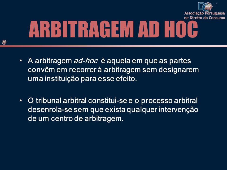 ARBITRAGEM AD HOC A arbitragem ad-hoc é aquela em que as partes convêm em recorrer à arbitragem sem designarem uma instituição para esse efeito. O tri