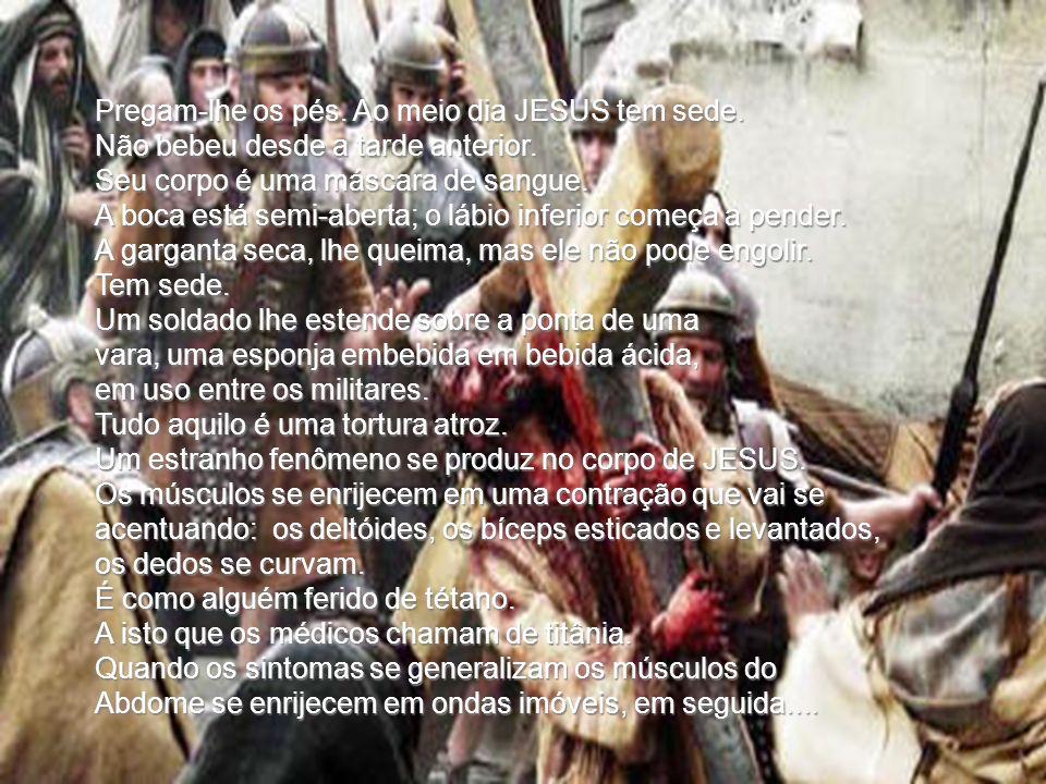 O carrasco e seu ajudante empunham a extremidade da trava; elevam JESUS, colocando primeiro sentado e depois em pé, conseqüentemente, fazendo-o tombar