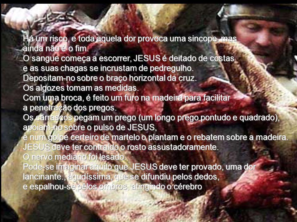 Os soldados puxam com a corda. O percurso de cerca de 600 metros, JESUS fatigado, arrasta um pé após outro, freqüentemente cai sobre os joelhos. Os om