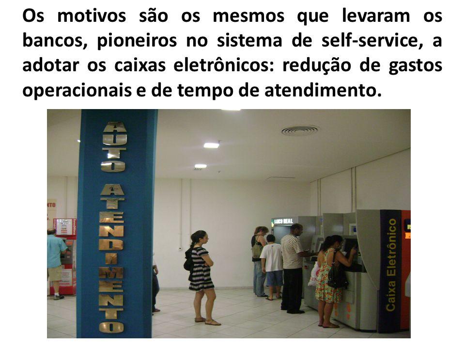 Os motivos são os mesmos que levaram os bancos, pioneiros no sistema de self-service, a adotar os caixas eletrônicos: redução de gastos operacionais e