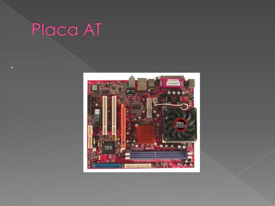 A placa-mãe gerência toda a transacção de dados entre CPU, restantes componentes e periféricos É a placa onde se alojam os componentes principais de processamento de dados e memórias primarias e é a ela que se ligam todos os periféricos