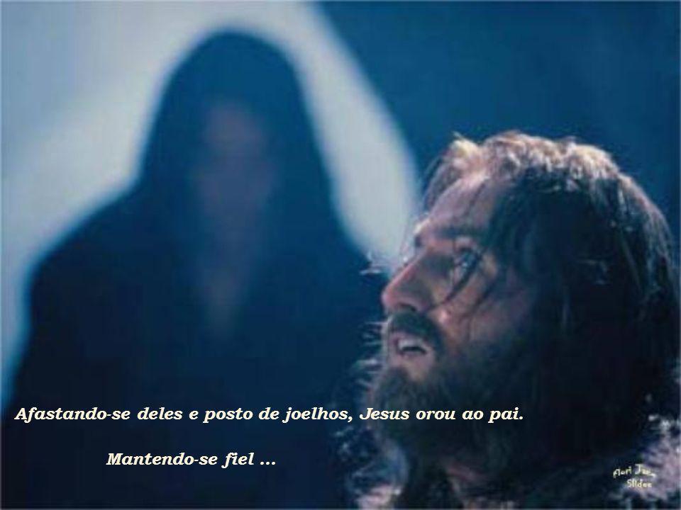 E tendo saído, foi dali, como costumava, para o monte das Oliveiras, seguido por seus apóstolos.