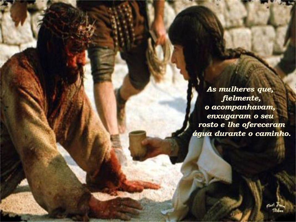 Submetendo-se aos desígnios do Pai e à decisão dos homens, carregou sua própria cruz até o alto do Golgota.