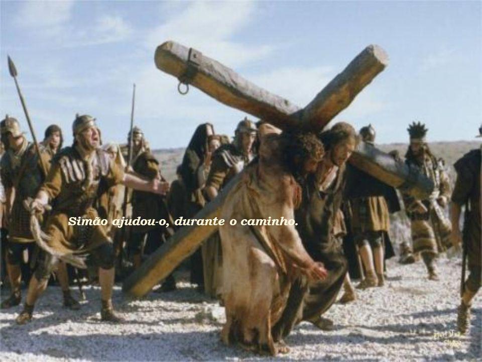 As mulheres que, fielmente, o acompanhavam, enxugaram o seu rosto e lhe ofereceram água durante o caminho.