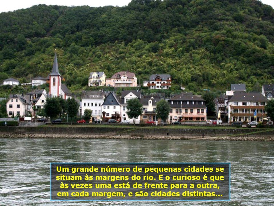 A região é dominada por castelos, cuja maioria deles se encontram ao longo do curso do rio. Muitas casas da cidade imitam o estilo desses castelos...