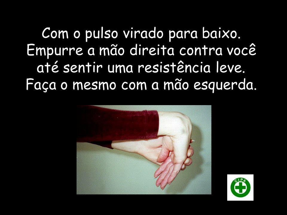 Com o pulso virado para cima, empurre a mão direita contra você até sentir uma resistência leve. Faça o mesmo com a mão esquerda.