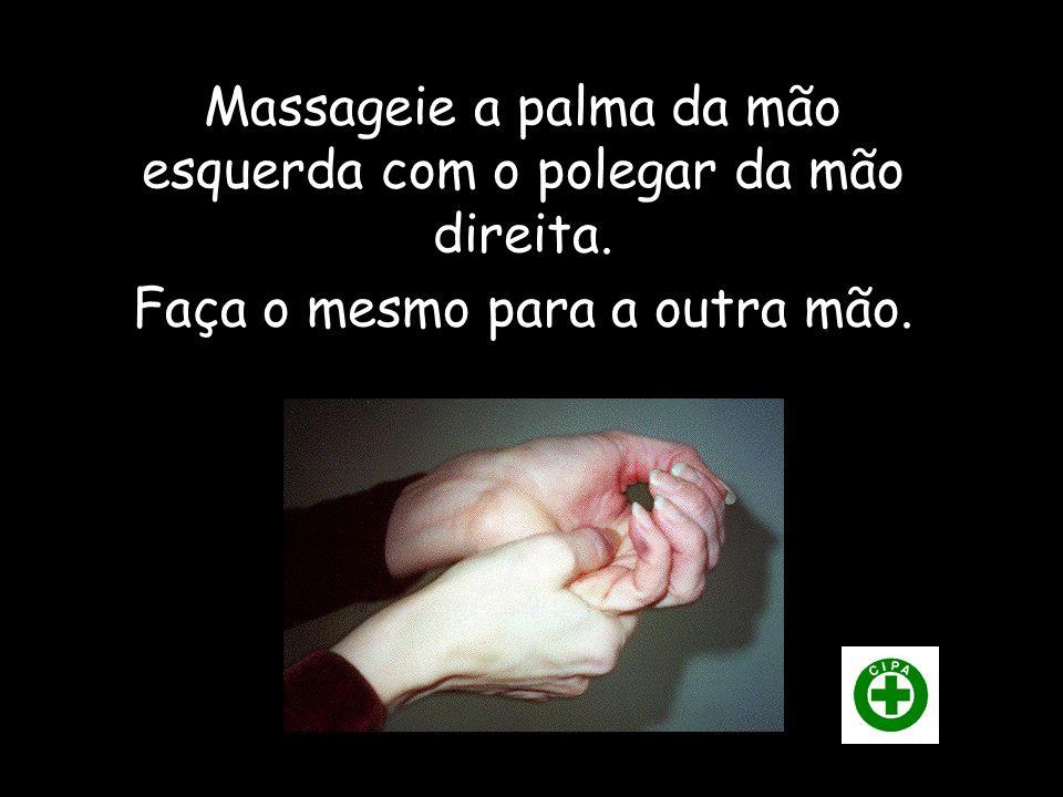 Massageie a palma da mão esquerda com o polegar da mão direita. Faça o mesmo para a outra mão.