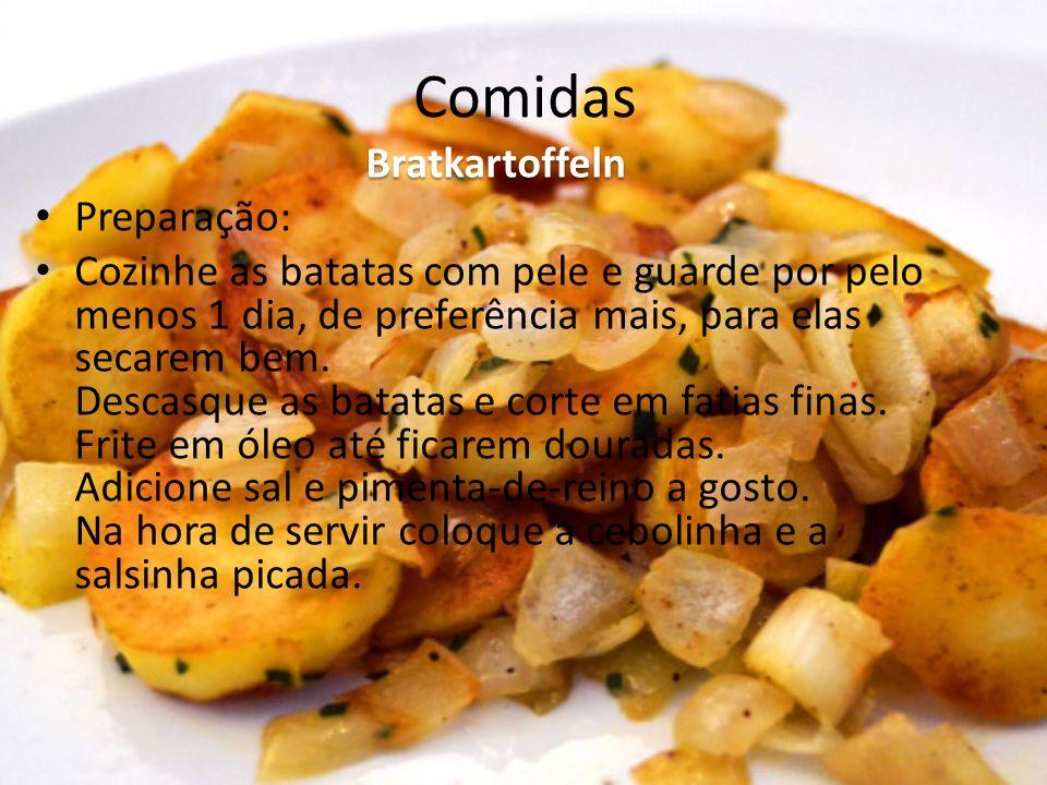 Comidas Bratkartoffeln Preparação: Cozinhe as batatas com pele e guarde por pelo menos 1 dia, de preferência mais, para elas secarem bem. Descasque as