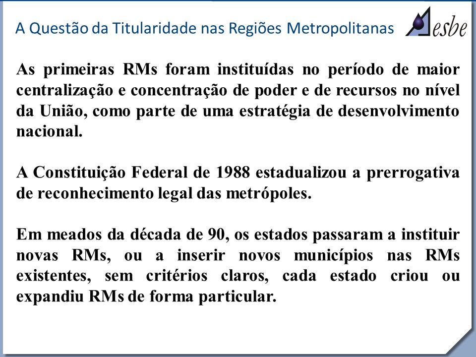 RRe A Questão da Titularidade nas Regiões Metropolitanas Em 2010, nos atuais 39 territórios metropolitanos, entre RMs e Rides, moravam cerca de 88 milhões de pessoas, ou seja, 46% da população brasileira, correspondendo a quase dois terços da população urbana do Brasil.* Hoje, as RMs são um conjunto extremamente diversificado de aglomerados, composto por grupos de municípios com fortes diferenças econômicas e/ou sociais entre si.