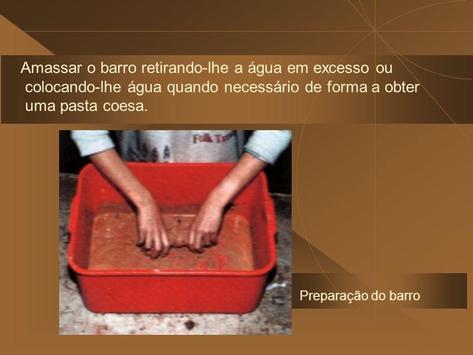 Amassar o barro retirando-lhe a água em excesso ou colocando-lhe água quando necessário de forma a obter uma pasta coesa.