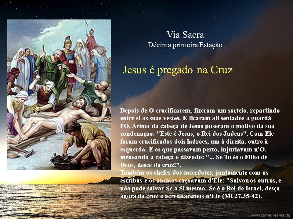 Jesus é pregado na Cruz Depois de O crucificarem, fizeram um sorteio, repartindo entre si as suas vestes. E ficaram ali sentados a guardá- l'O. Acima