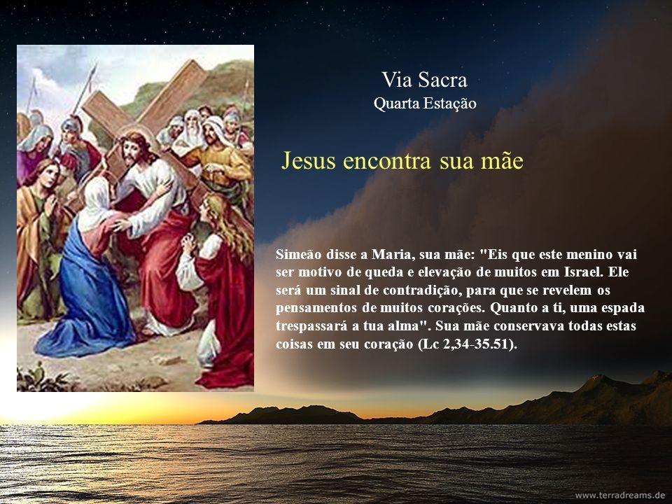 Jesus á ajudado por Simão de Cirene Ao saírem, encontraram um homem de Cirene, de nome Simão e obrigaram-no a carregar a cruz de Jesus (Mt 27,32).