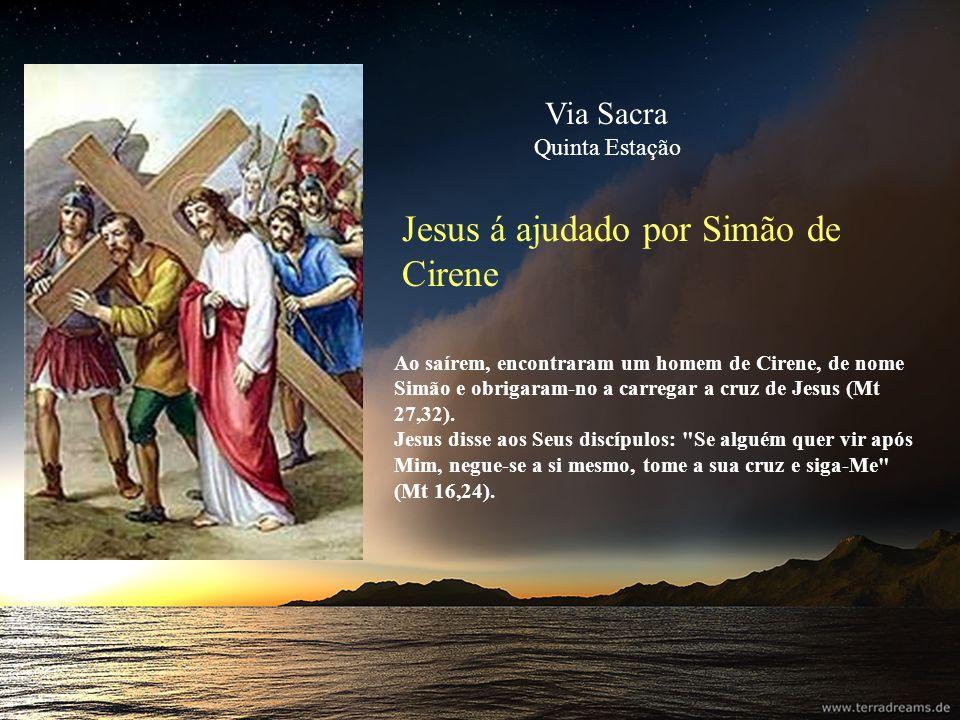 Jesus á ajudado por Simão de Cirene Ao saírem, encontraram um homem de Cirene, de nome Simão e obrigaram-no a carregar a cruz de Jesus (Mt 27,32). Jes