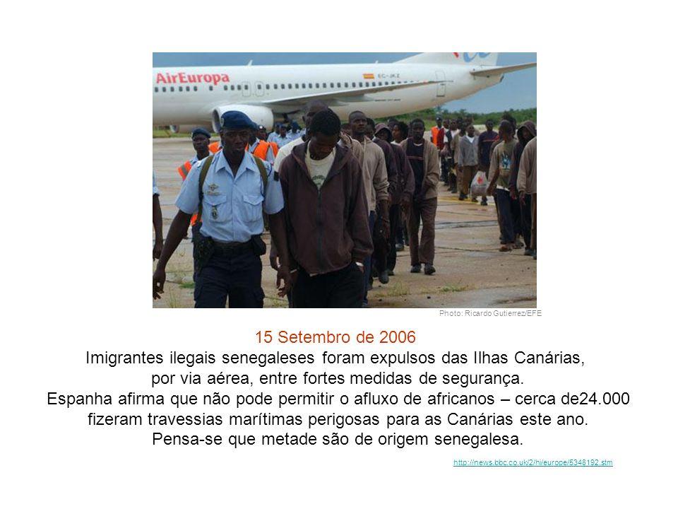 Photo: Ricardo Gutierrez/EFE 15 Setembro de 2006 Imigrantes ilegais senegaleses foram expulsos das Ilhas Canárias, por via aérea, entre fortes medidas de segurança.