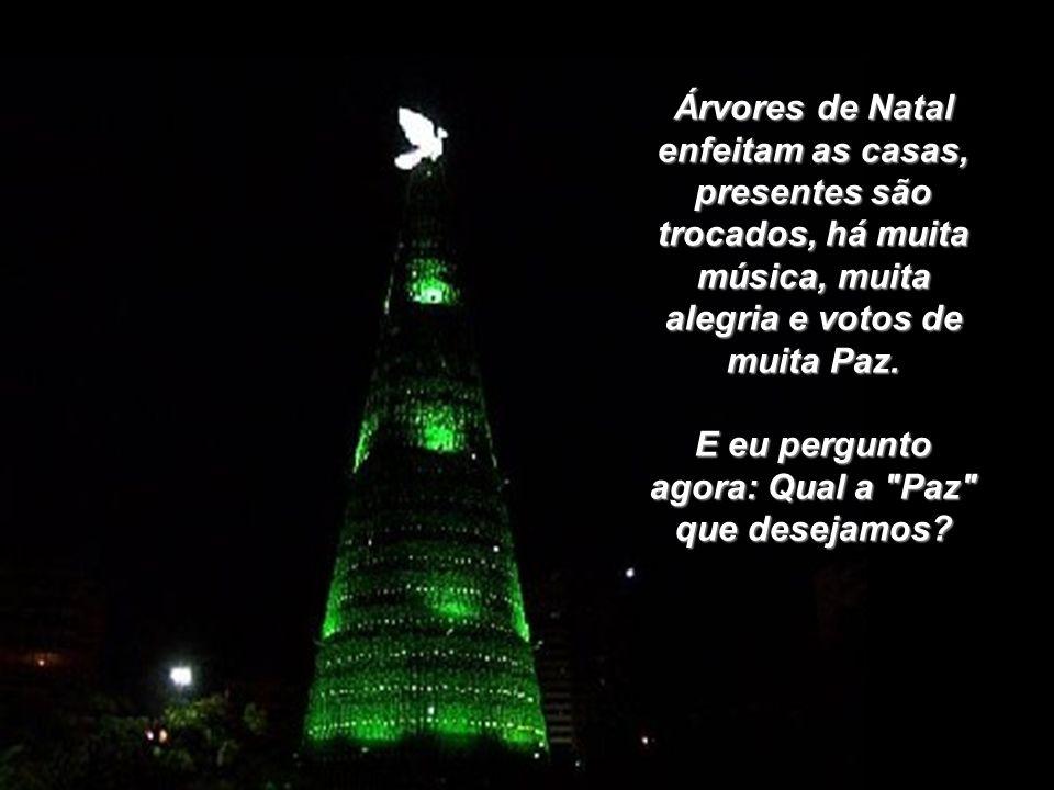 Árvores de Natal enfeitam as casas, presentes são trocados, há muita música, muita alegria e votos de muita Paz.