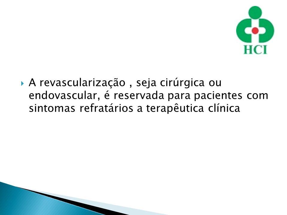 A revascularização, seja cirúrgica ou endovascular, é reservada para pacientes com sintomas refratários a terapêutica clínica