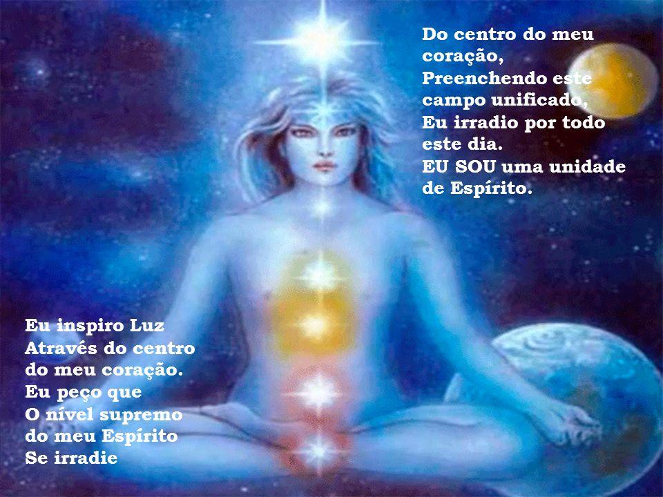 Eu inspiro Luz Através do centro do meu coração, Deixando que a Luz se expanda, Envolvendo o meu décimo quarto chakra (Acima da minha cabeça) E (indo)