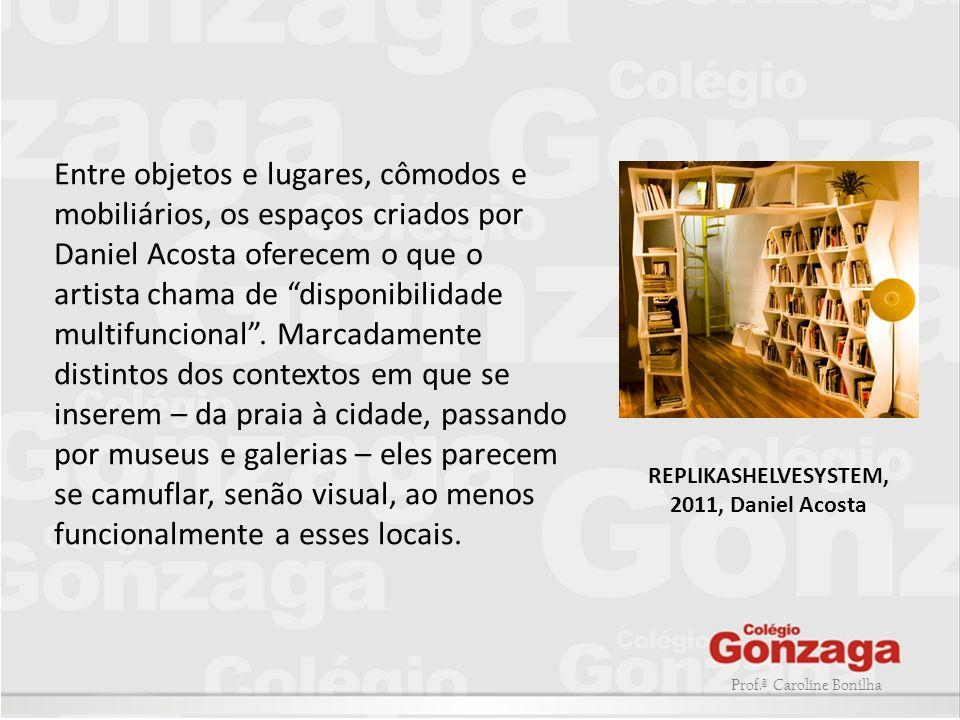 Prof.ª Caroline Bonilha Entre objetos e lugares, cômodos e mobiliários, os espaços criados por Daniel Acosta oferecem o que o artista chama de disponi