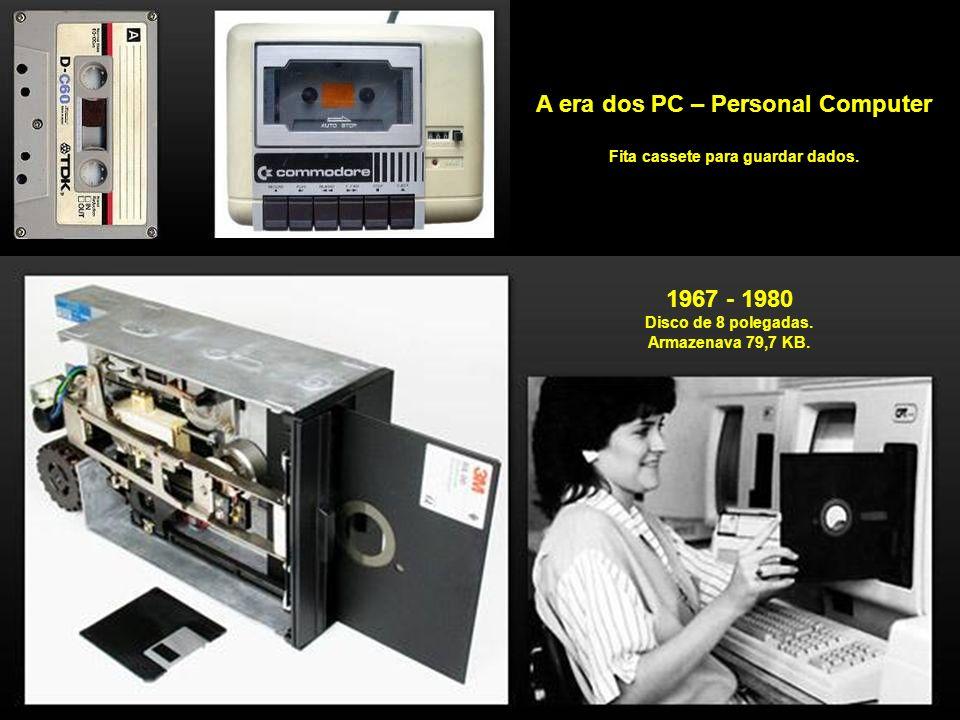 1969 Em plena guerra fria, entre USA e União Soviética, a ARPA, Advanced Research Projects Agency, subdivisão do Departamento de Defesa dos Estados Unidos, cria uma rede com os dados do governo espalhados em vários lugares, ao invés de guardá-los em apenas um servidor, e gera o embrião da Internet.