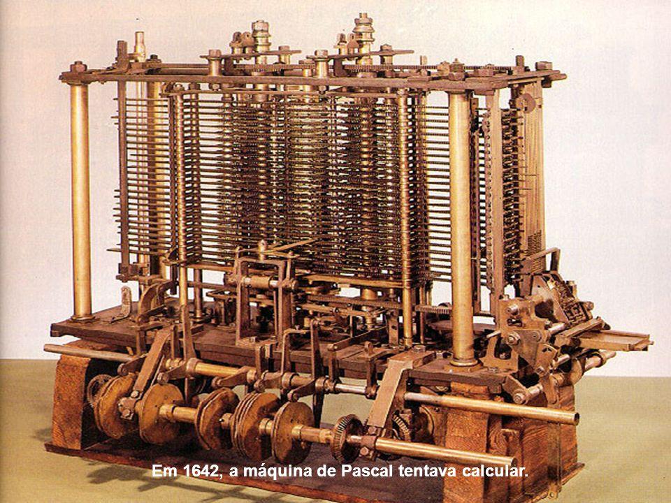 Em 1672, a calculadora de Leibniz conseguia fazer cálculos envolvendo as quatro operações e extraindo a raiz quadrada.
