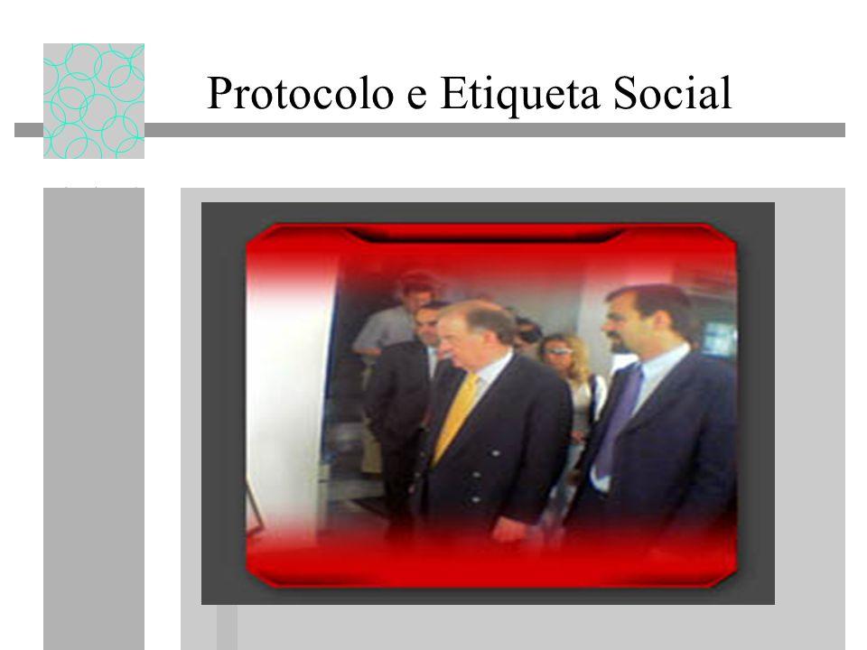 Protocolo e Etiqueta Social PRECEDÊNCIAS As cerimónias e outros actos solenes deverão ser preparadas e realizar-se de acordo com certas normas para que decorram de forma organizada, respeitando-se as funções e consequentes precedências das autoridades que nas mesmas participam.