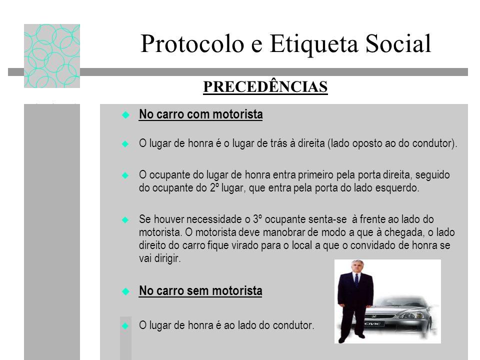 Protocolo e Etiqueta Social No carro com motorista O lugar de honra é o lugar de trás à direita (lado oposto ao do condutor). O ocupante do lugar de h