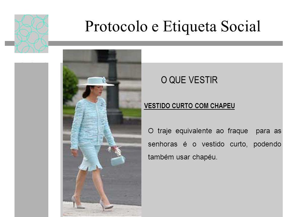Protocolo e Etiqueta Social O QUE VESTIR VESTIDO CURTO COM CHAPEU O traje equivalente ao fraque para as senhoras é o vestido curto, podendo também usar chapéu.