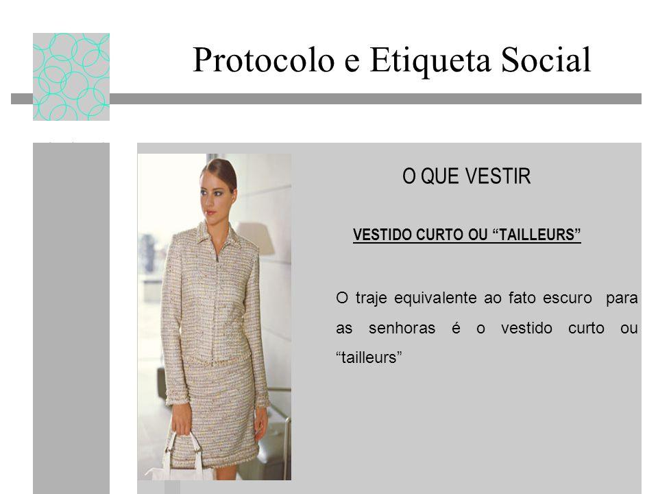 Protocolo e Etiqueta Social O QUE VESTIR VESTIDO CURTO OU TAILLEURS O traje equivalente ao fato escuro para as senhoras é o vestido curto ou tailleurs