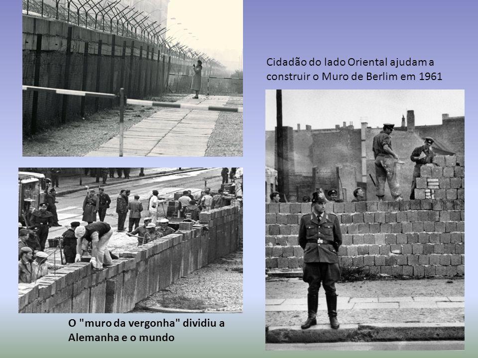 Cidadão do lado Oriental ajudam a construir o Muro de Berlim em 1961 O muro da vergonha dividiu a Alemanha e o mundo