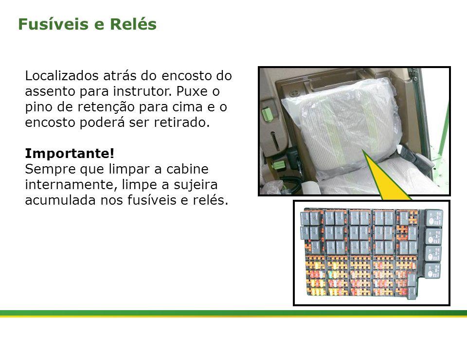 |Colhedora de Cana 3520 & 3522 : Cabine e Plataforma do Operador | Janeiro, 201019 Localizados atrás do encosto do assento para instrutor. Puxe o pino