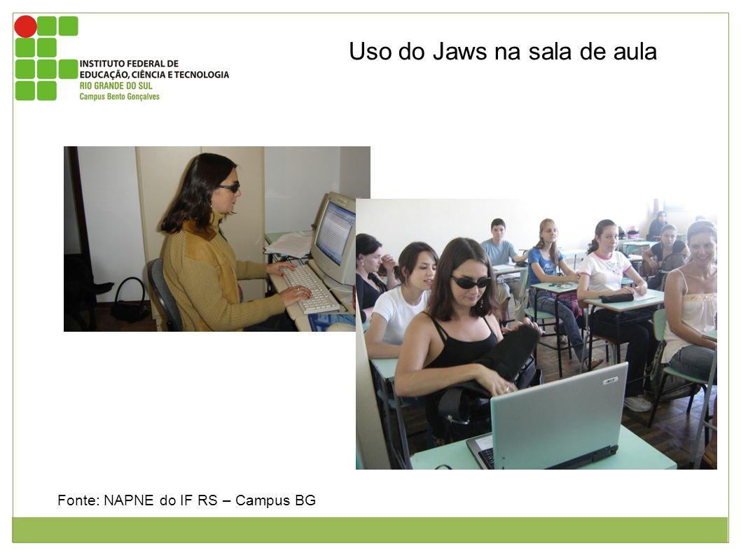 Fonte: NAPNE do IF RS – Campus BG Uso do Jaws na sala de aula Figura 1: aluna do curso superior de logística utilizando o leitor de telas jaws. Figura