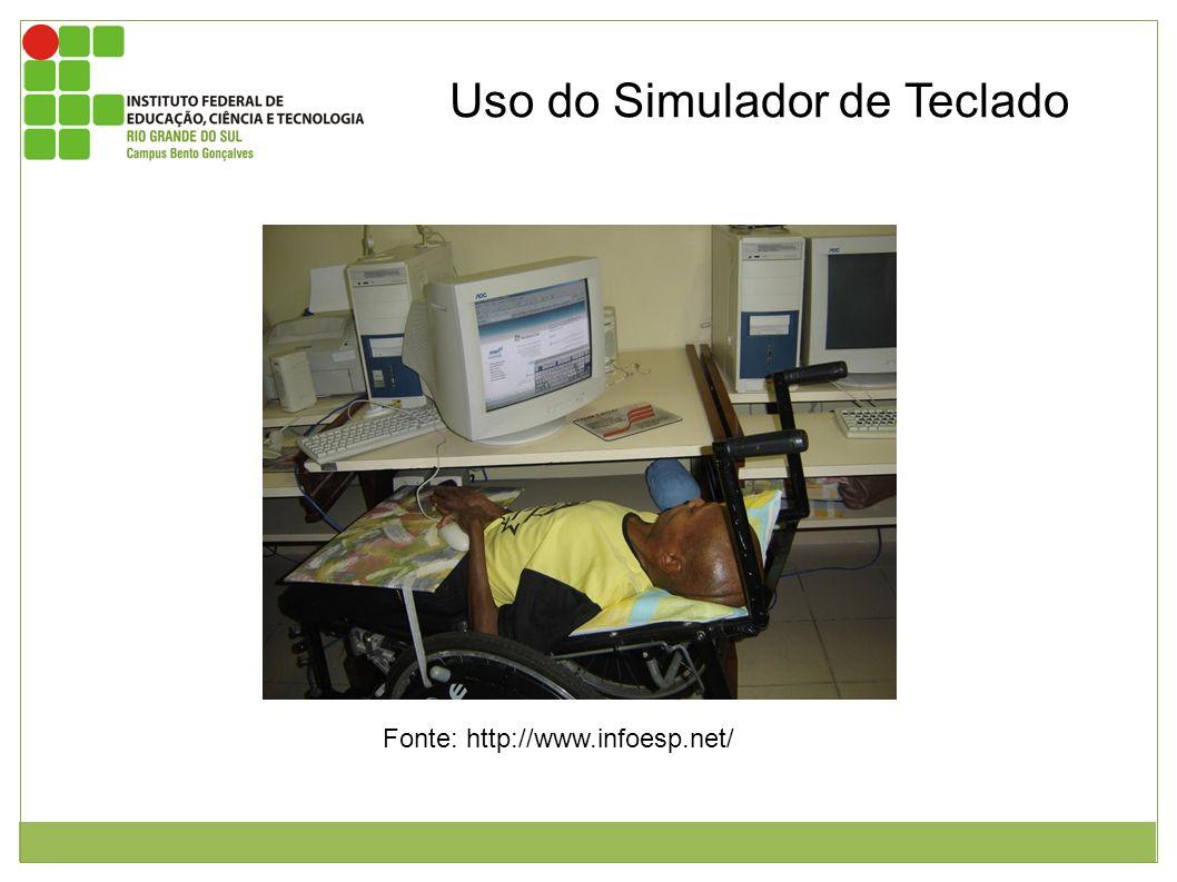 Figura 1: usuário com deficiência motora deitado em cadeira de rodas voltado para monitor utilizando teclado virtual em concomitante ao acionador de c
