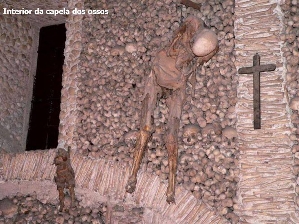 A capela dos ossos... com a sinistra inscrição: Nós Ossos Que Aqui Estamos Pelos Vossos Esperamos.