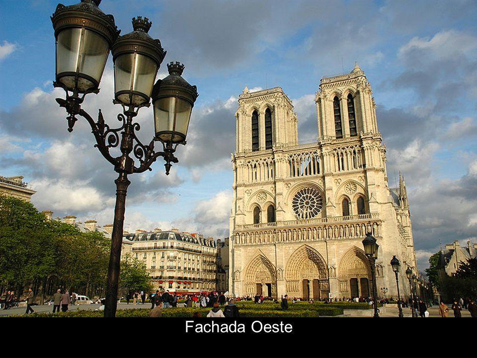 A Fachada Ocidental Esta é a fachada principal e não só a de maior impacto e monumentalidade como também a de maior popularidade.