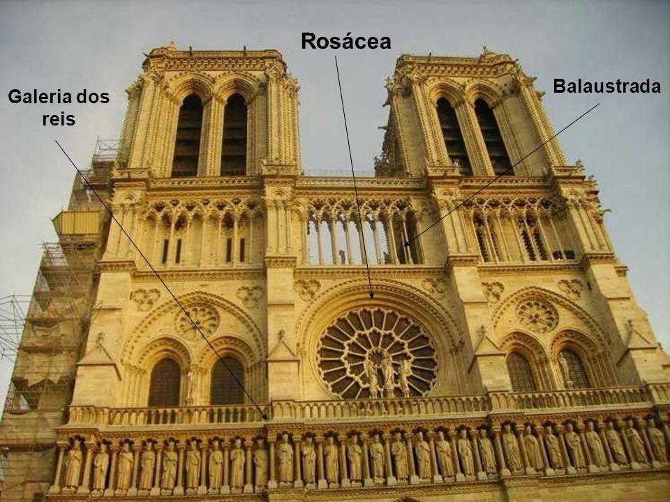 A magnífica entrada da Catedral faz- se por estes três elaborados portões, onde cenas bíblicas, pintadas na idade Média, representam a vida da Virgem, o Julgamento Final, e a vida de Santa Ana.