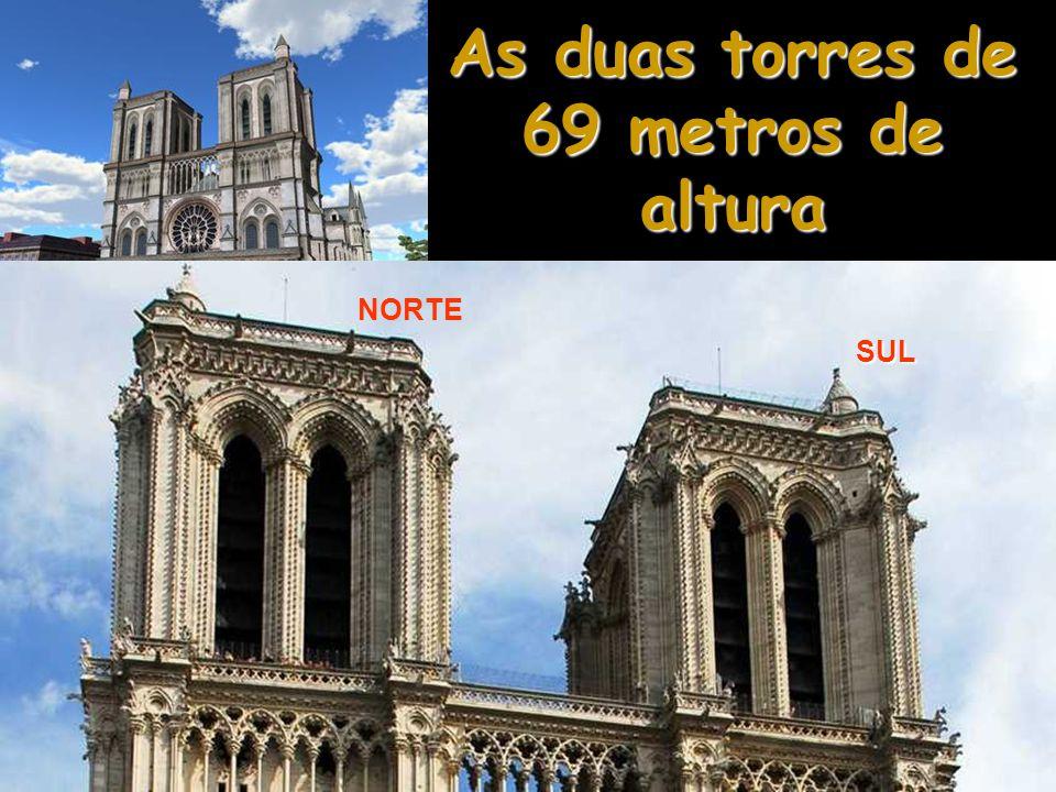 O Nível Superior Aqui erguem-se as duas torres, influência normanda do século XII que acabou por permanecer na arquitetura religiosa européia.