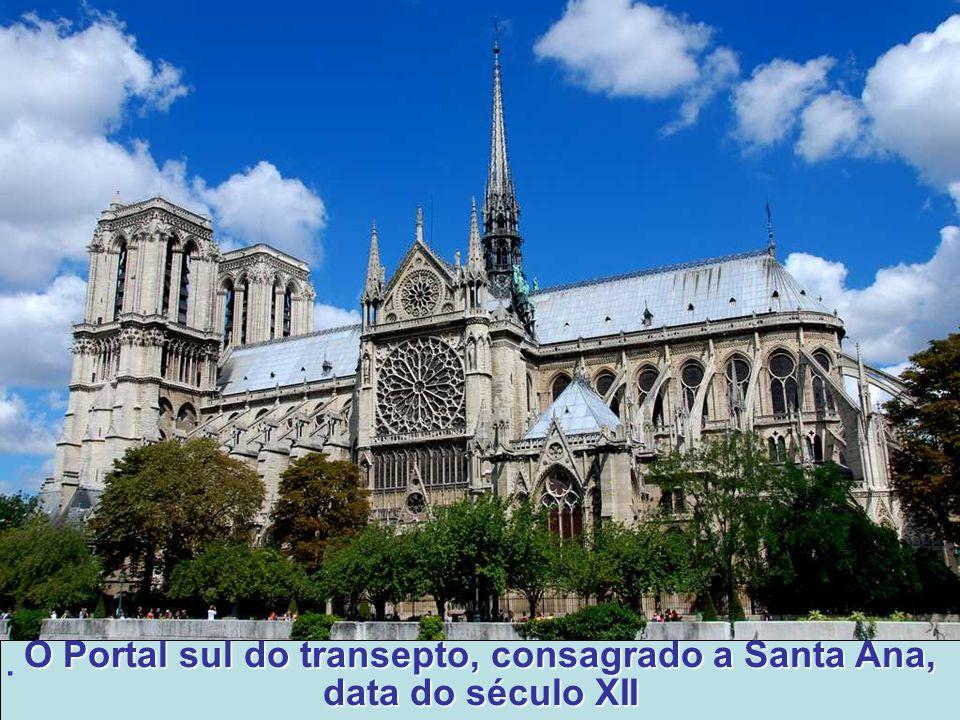A Fachada Sul O projeto da fachada do transepto Sul segue um traçado mais ou menos fiel ao do seu antecessor na fachada Norte.